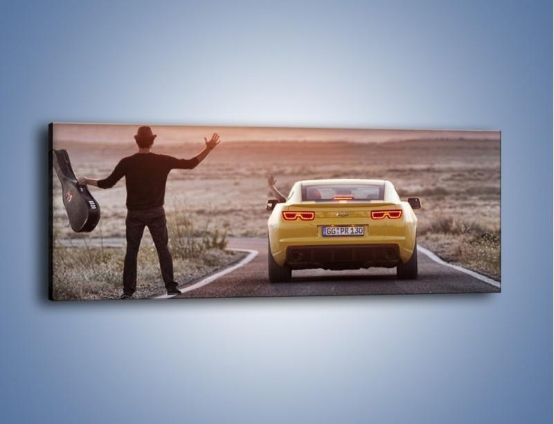 Obraz na płótnie – Chevrolet Camaro na pustynnej drodze – jednoczęściowy panoramiczny TM080