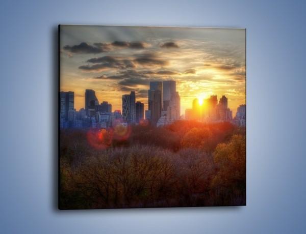 Obraz na płótnie – Wschód słońca nad miastem – jednoczęściowy kwadratowy AM318