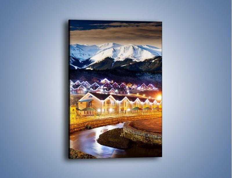Obraz na płótnie – Oświetlone domki pod górami – jednoczęściowy prostokątny pionowy AM070