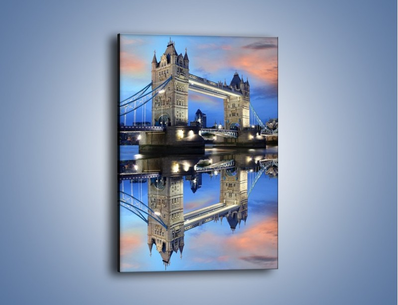 Obraz na płótnie – Tower Bridge w odbiciu wody – jednoczęściowy prostokątny pionowy AM083