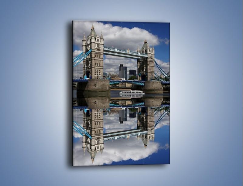 Obraz na płótnie – Tower Bridge w lustrzanym odbiciu wody – jednoczęściowy prostokątny pionowy AM084