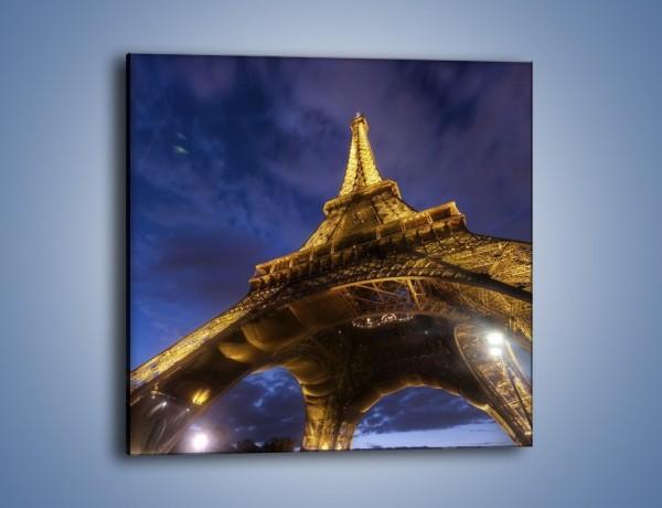 Obraz na płótnie – Oświetlona Wieża Eiffla widziana od dołu – jednoczęściowy kwadratowy AM325