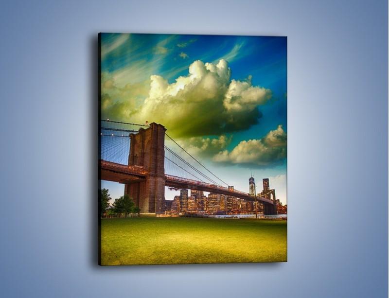 Obraz na płótnie – Most Brookliński pod pochmurnym niebem – jednoczęściowy prostokątny pionowy AM752