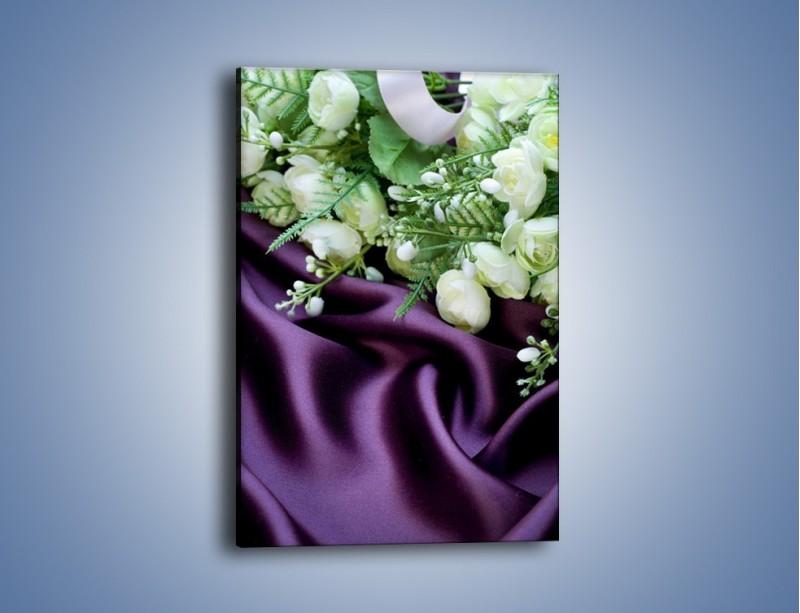 Obraz na płótnie – Białe kaczeńce na fioletowym atłasie – jednoczęściowy prostokątny pionowy K206