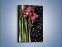 Obraz na płótnie – Bordo kwiata wśród bambusów – jednoczęściowy prostokątny pionowy K576