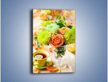 Obraz na płótnie – Herbatka wśród kwiatów – jednoczęściowy prostokątny pionowy K840