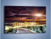 Obraz na płótnie – Błysk światła nad miastem wieczorową porą – jednoczęściowy prostokątny poziomy AM063