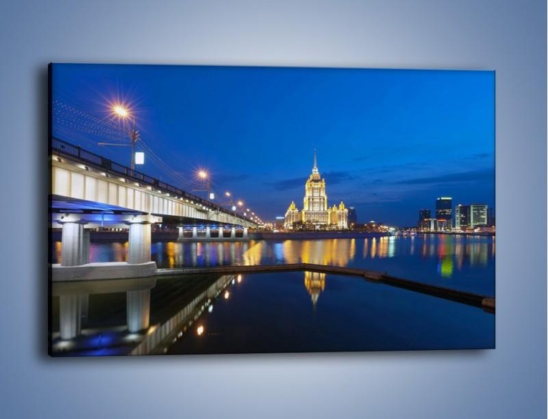 Obraz na płótnie – Oświetlony budynek mieniący się w tafli wody – jednoczęściowy prostokątny poziomy AM119