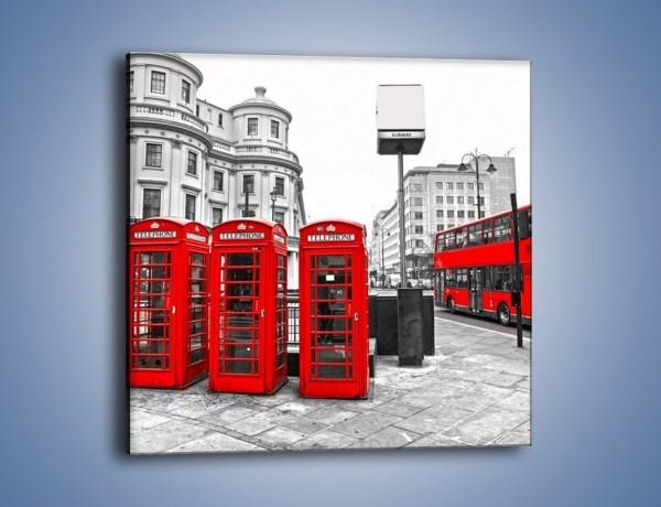 Obraz na płótnie – Czerwony autobus i budki telefoniczne – jednoczęściowy kwadratowy AM397