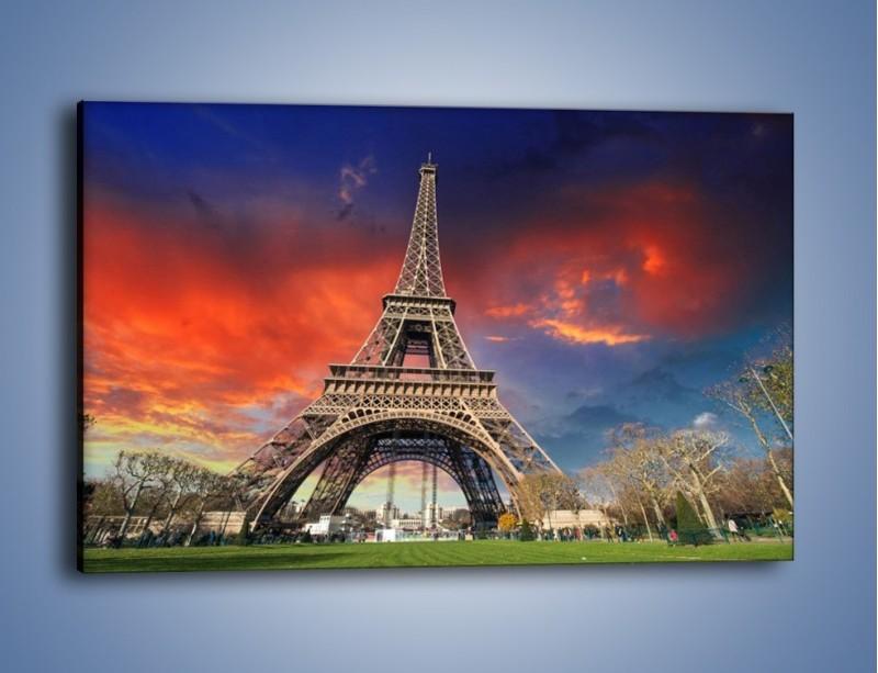 Obraz na płótnie – Wieża Eiffla pod niebiesko-czerwonym niebem – jednoczęściowy prostokątny poziomy AM463