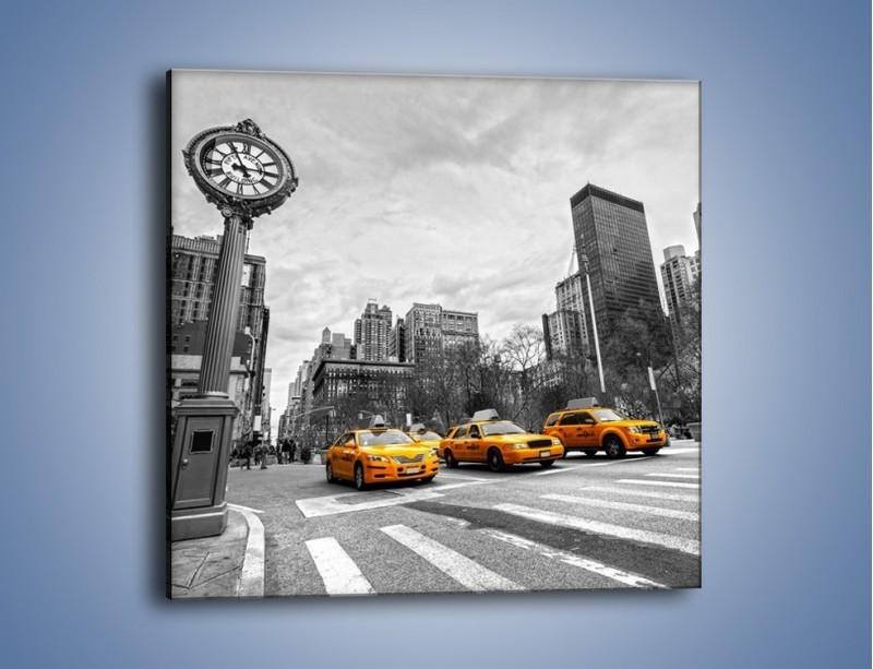 Obraz na płótnie – Żółte taksówki na szarym tle miasta – jednoczęściowy kwadratowy TM225