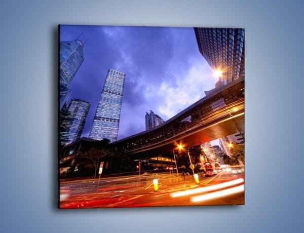 Obraz na płótnie – Drapacze chmur i wieczorny ruch uliczny – jednoczęściowy kwadratowy AM487