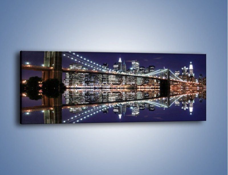 Obraz na płótnie – Most Brookliński w lustrzanym odbiciu wody – jednoczęściowy panoramiczny AM067