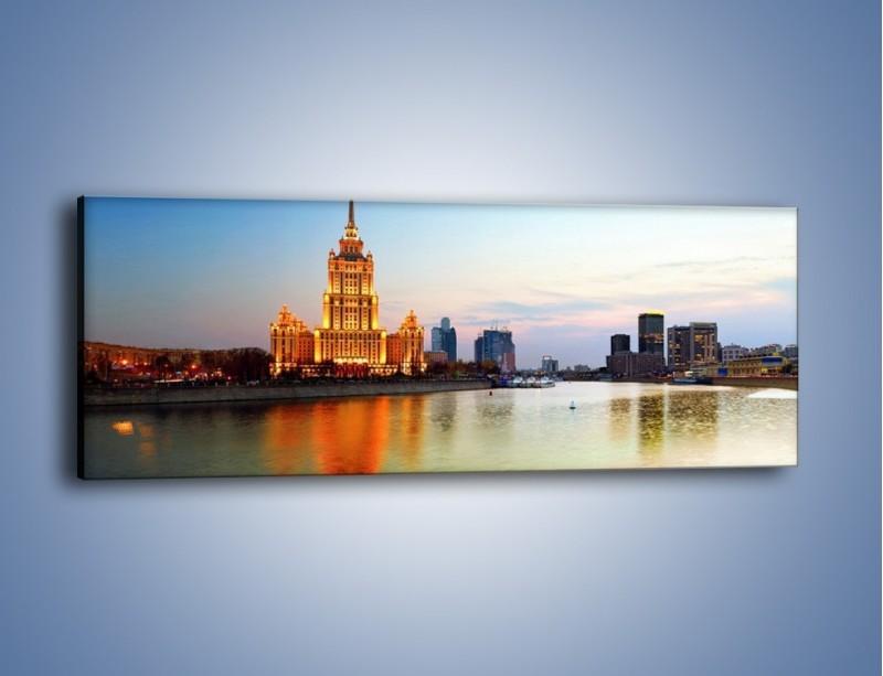 Obraz na płótnie – Nadrzeczne miasto o poranku – jednoczęściowy panoramiczny AM120