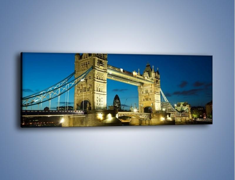 Obraz na płótnie – Tower Bridge wieczorową porą – jednoczęściowy panoramiczny AM159