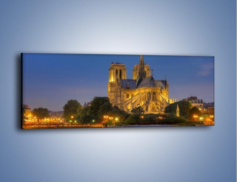 Obraz na płótnie – Kościół w świetle wieczornych lamp – jednoczęściowy panoramiczny AM170