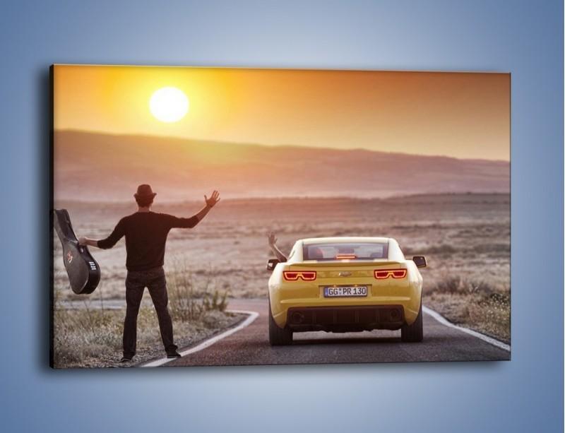 Obraz na płótnie – Chevrolet Camaro na pustynnej drodze – jednoczęściowy prostokątny poziomy TM080