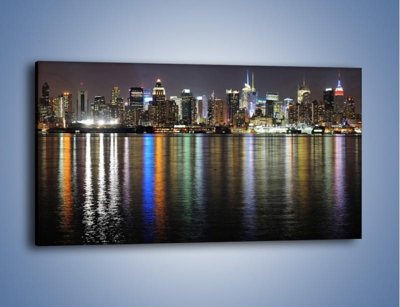 Obraz na płótnie – Światła miasta w lustrzanym odbiciu wody – jednoczęściowy panoramiczny AM222
