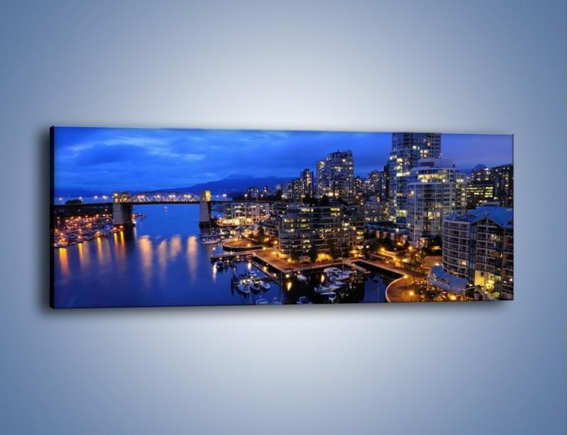 Obraz na płótnie – Port na jachty w mieście nocą – jednoczęściowy panoramiczny AM250