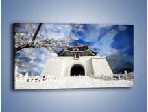 Obraz na płótnie – Azjatycka architektura z białymi kwiatami – jednoczęściowy panoramiczny AM300