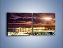 Obraz na płótnie – Błysk światła nad miastem wieczorową porą – dwuczęściowy kwadratowy poziomy AM063