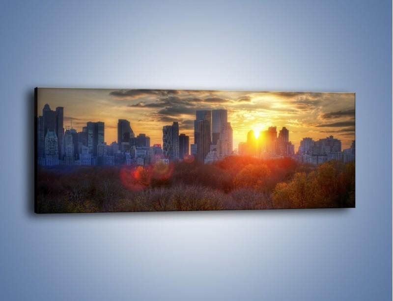 Obraz na płótnie – Wschód słońca nad miastem – jednoczęściowy panoramiczny AM318