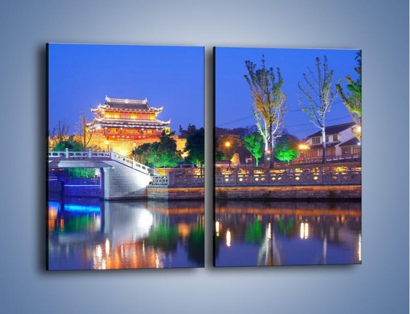 Obraz na płótnie – Dom w Japonii w świetle lamp nocnych – dwuczęściowy prostokątny pionowy AM046