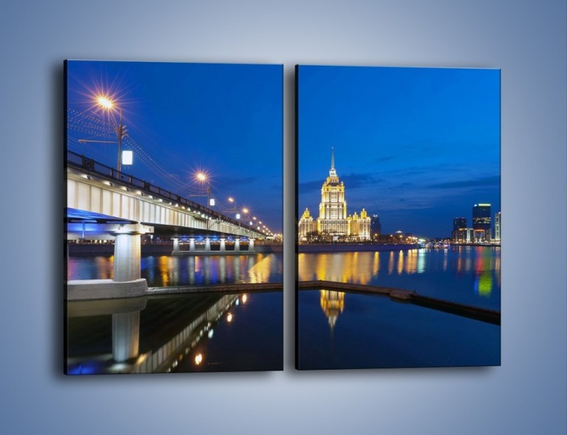 Obraz na płótnie – Oświetlony budynek mieniący się w tafli wody – dwuczęściowy prostokątny pionowy AM119