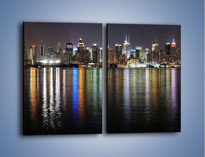 Obraz na płótnie – Światła miasta w lustrzanym odbiciu wody – dwuczęściowy prostokątny pionowy AM222