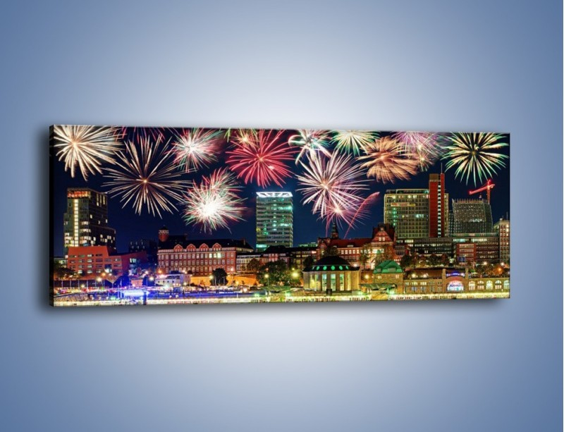 Obraz na płótnie – Noworoczne fajerwerki nad miastem – jednoczęściowy panoramiczny AM452
