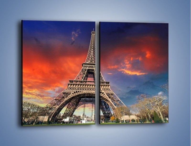 Obraz na płótnie – Wieża Eiffla pod niebiesko-czerwonym niebem – dwuczęściowy prostokątny pionowy AM463