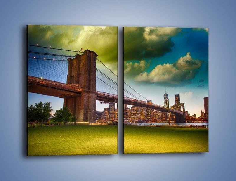 Obraz na płótnie – Most Brookliński pod pochmurnym niebem – dwuczęściowy prostokątny pionowy AM752