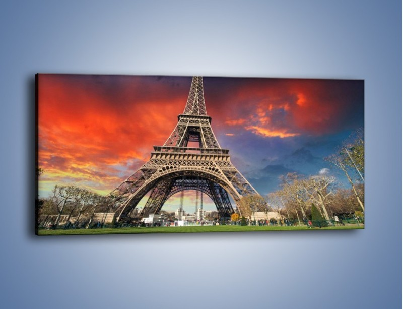 Obraz na płótnie – Wieża Eiffla pod niebiesko-czerwonym niebem – jednoczęściowy panoramiczny AM463
