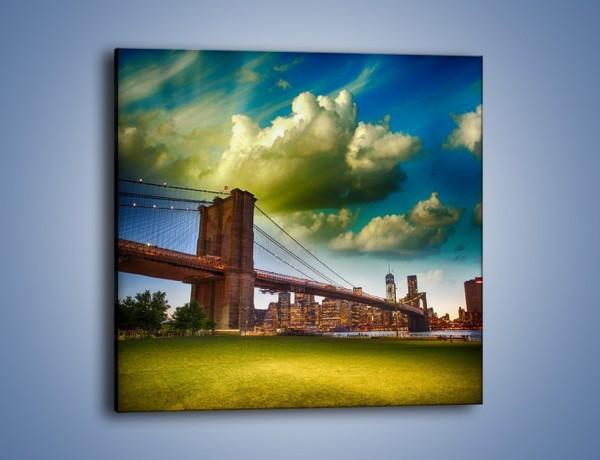 Obraz na płótnie – Most Brookliński pod pochmurnym niebem – jednoczęściowy kwadratowy AM752