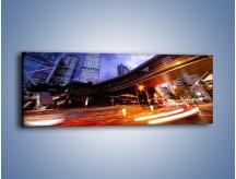 Obraz na płótnie – Drapacze chmur i wieczorny ruch uliczny – jednoczęściowy panoramiczny AM487