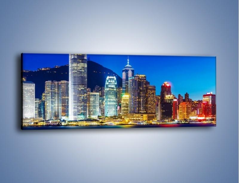 Obraz na płótnie – Oświetlone wieżowce Hong Kongu – jednoczęściowy panoramiczny AM498