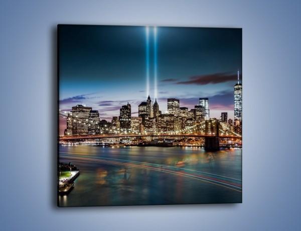 Obraz na płótnie – Most Brookliński i kolumny światła w tle – jednoczęściowy kwadratowy AM801