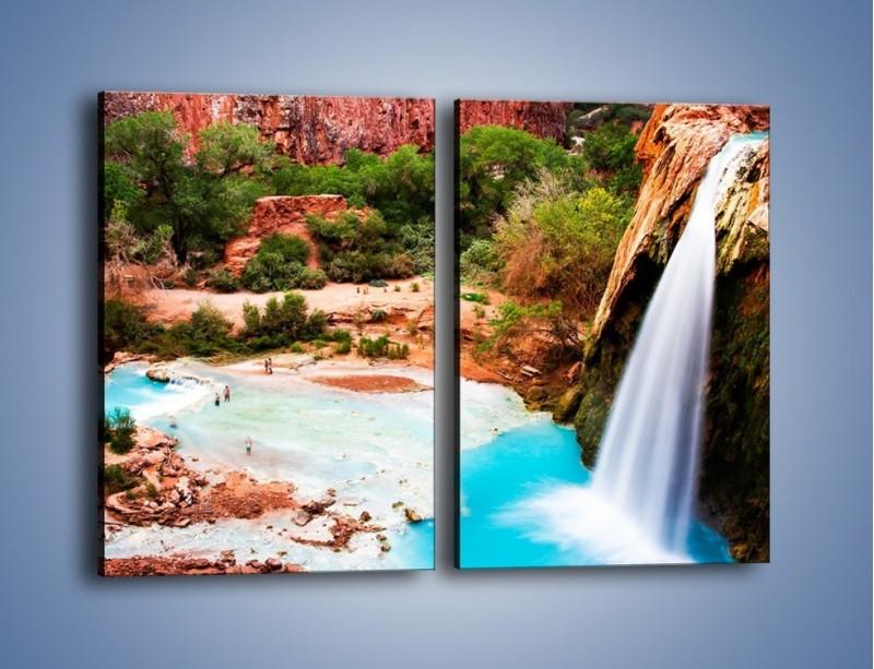Obraz na płótnie – Zabawy przy wodospadzie – dwuczęściowy prostokątny pionowy KN095