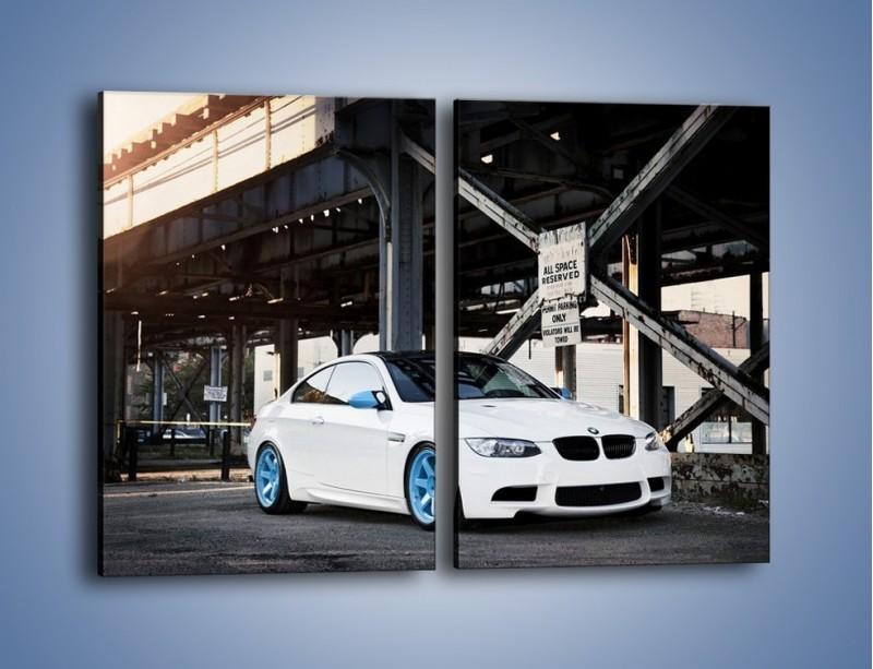 Obraz na płótnie – BMW E92 M3 Coupe pod starym mostem – dwuczęściowy prostokątny pionowy TM088