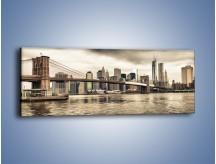 Obraz na płótnie – Most Brookliński w pochmurny dzień – jednoczęściowy panoramiczny AM737