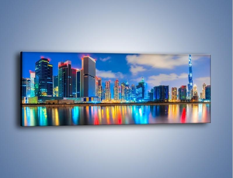 Obraz na płótnie – Kolory Dubaju odbite w wodzie – jednoczęściowy panoramiczny AM740