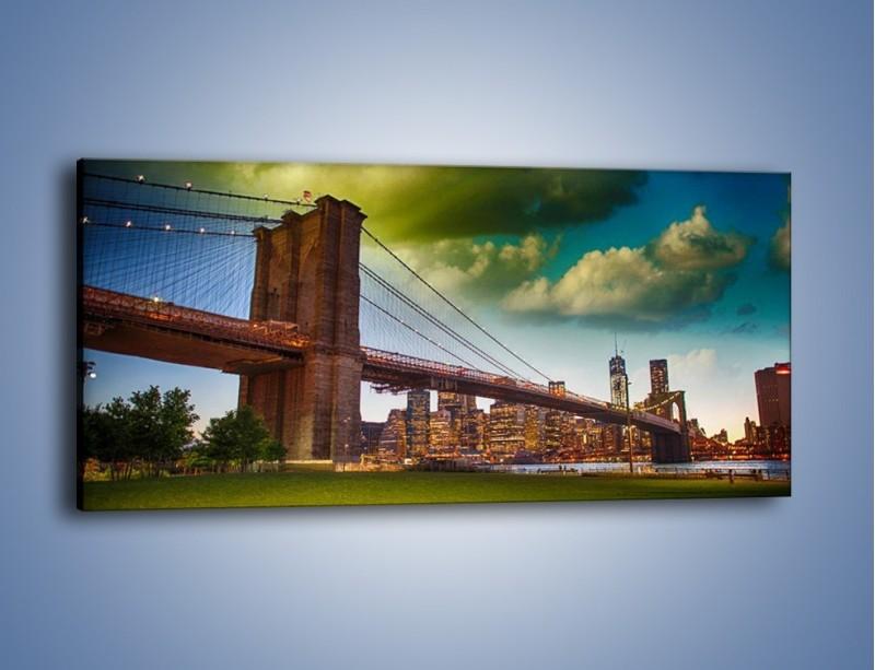 Obraz na płótnie – Most Brookliński pod pochmurnym niebem – jednoczęściowy panoramiczny AM752