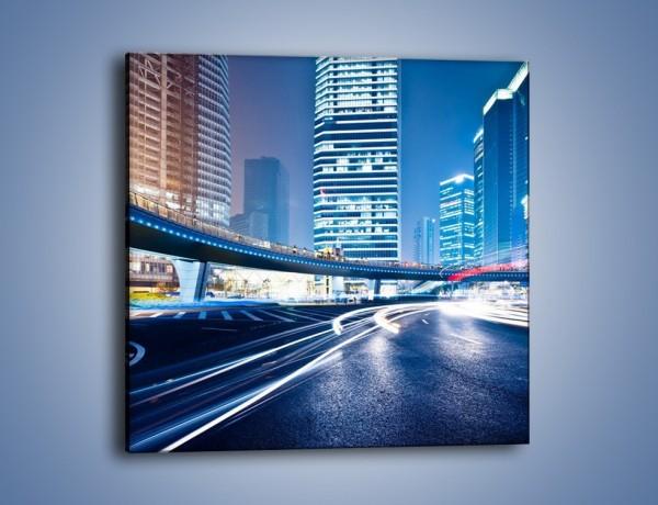 Obraz na płótnie – Wieczorny ruch uliczny w centrum miasta – jednoczęściowy kwadratowy AM051