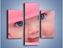 Obraz na płótnie – Bobas w różowej czapeczce – trzyczęściowy L256W3