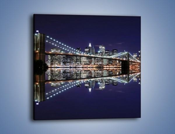 Obraz na płótnie – Most Brookliński w lustrzanym odbiciu wody – jednoczęściowy kwadratowy AM067