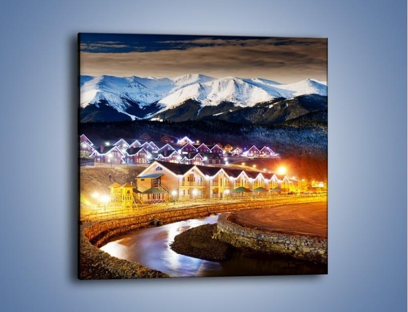 Obraz na płótnie – Oświetlone domki pod górami – jednoczęściowy kwadratowy AM070