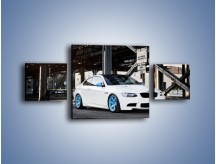 Obraz na płótnie – BMW E92 M3 Coupe pod starym mostem – trzyczęściowy TM088W4