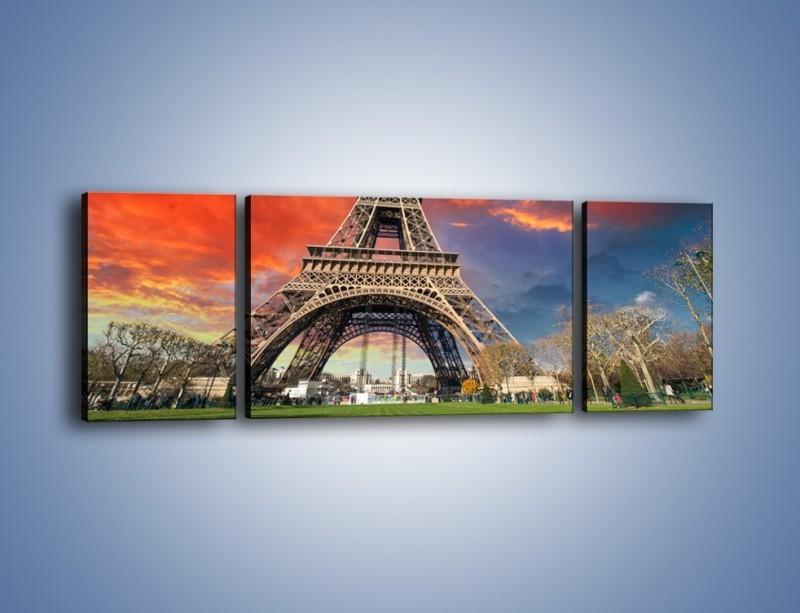 Obraz na płótnie – Wieża Eiffla pod niebiesko-czerwonym niebem – trzyczęściowy AM463W5