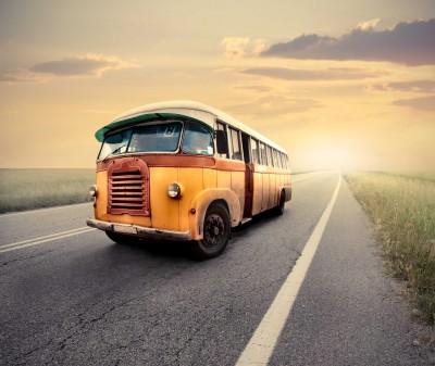 Stary żółty busik na drodze - TM037
