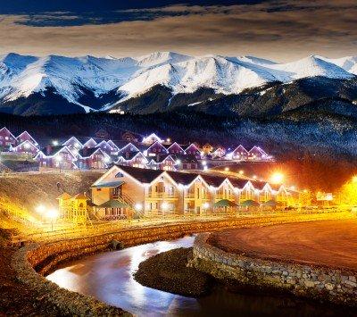 Oświetlone domki pod górami - AM070